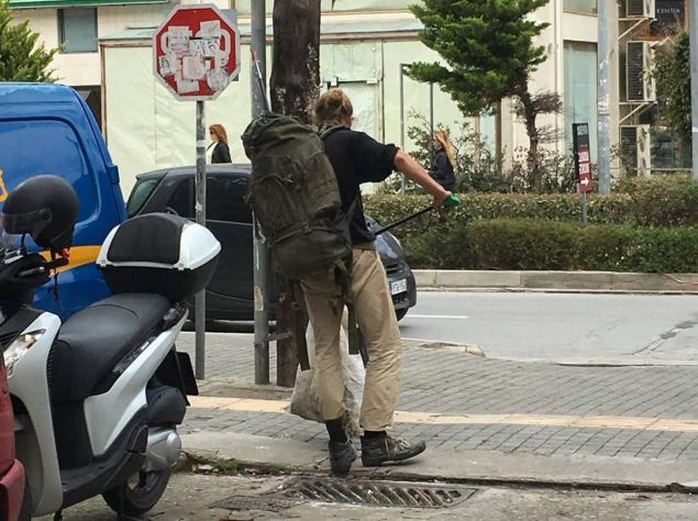Απίστευτος! Τουρίστας πήρε σκούπα και καθάρισε τα σκουπίδια στους δρόμους του Ρεθύμνου