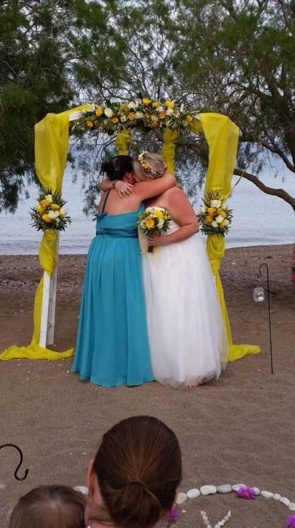 Γάμος με δυο… νύφες στην Κρήτη! Βρετανίδες αντάλλαξαν όρκους αιώνιας αγάπης…
