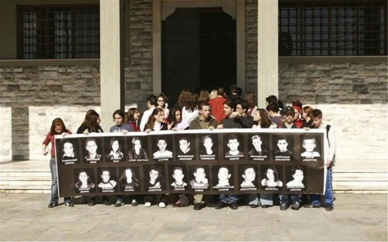 Δεκαέξι χρόνια από το δυστύχημα στα Τέμπη που συγκλόνισε την Ελλάδα – 21 μαθητές είχαν χάσει τη ζωή τους