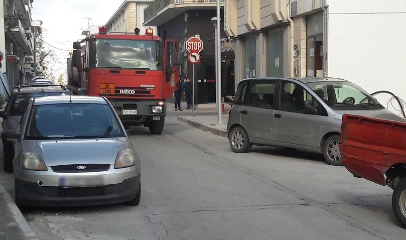 Χανιά: με τα χέρια σήκωσαν το φορτηγάκι για να περάσει το πυροσβεστικό όχημα