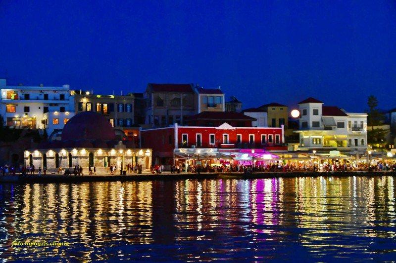 Η μαγευτική Πανσέληνος της Φράουλας από το Παλιό Λιμάνι των Χανίων (φωτο)
