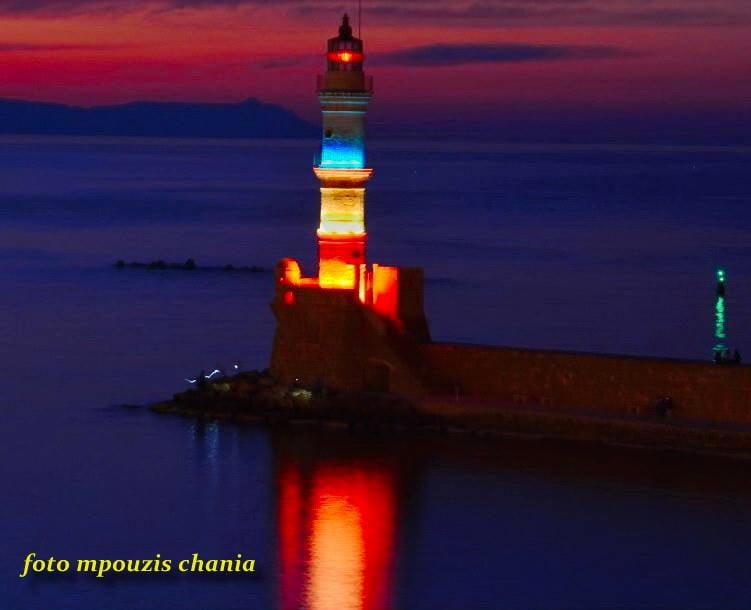 Στα μπλε ο φάρος στο Ενετικό λιμάνι των Χανίων (φωτο)