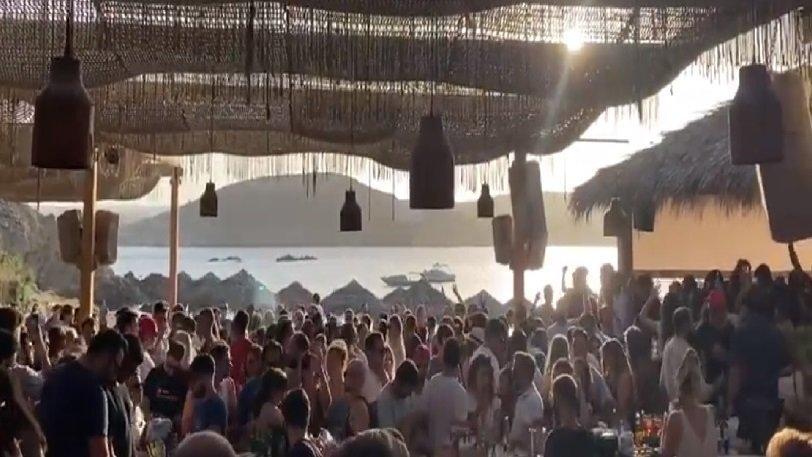Χαμός στα beach bar στην Μύκονο - Γέμισε με θαλαμηγούς (video)