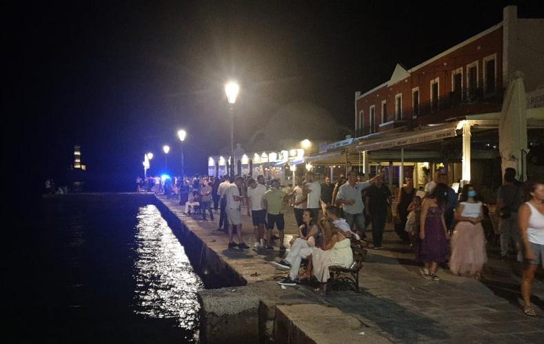 Χανιά: Το αδιαχώρητο στο Ενετικό Λιμάνι και στις παραλίες μετά τα μεσάνυχτα (φωτο - video)