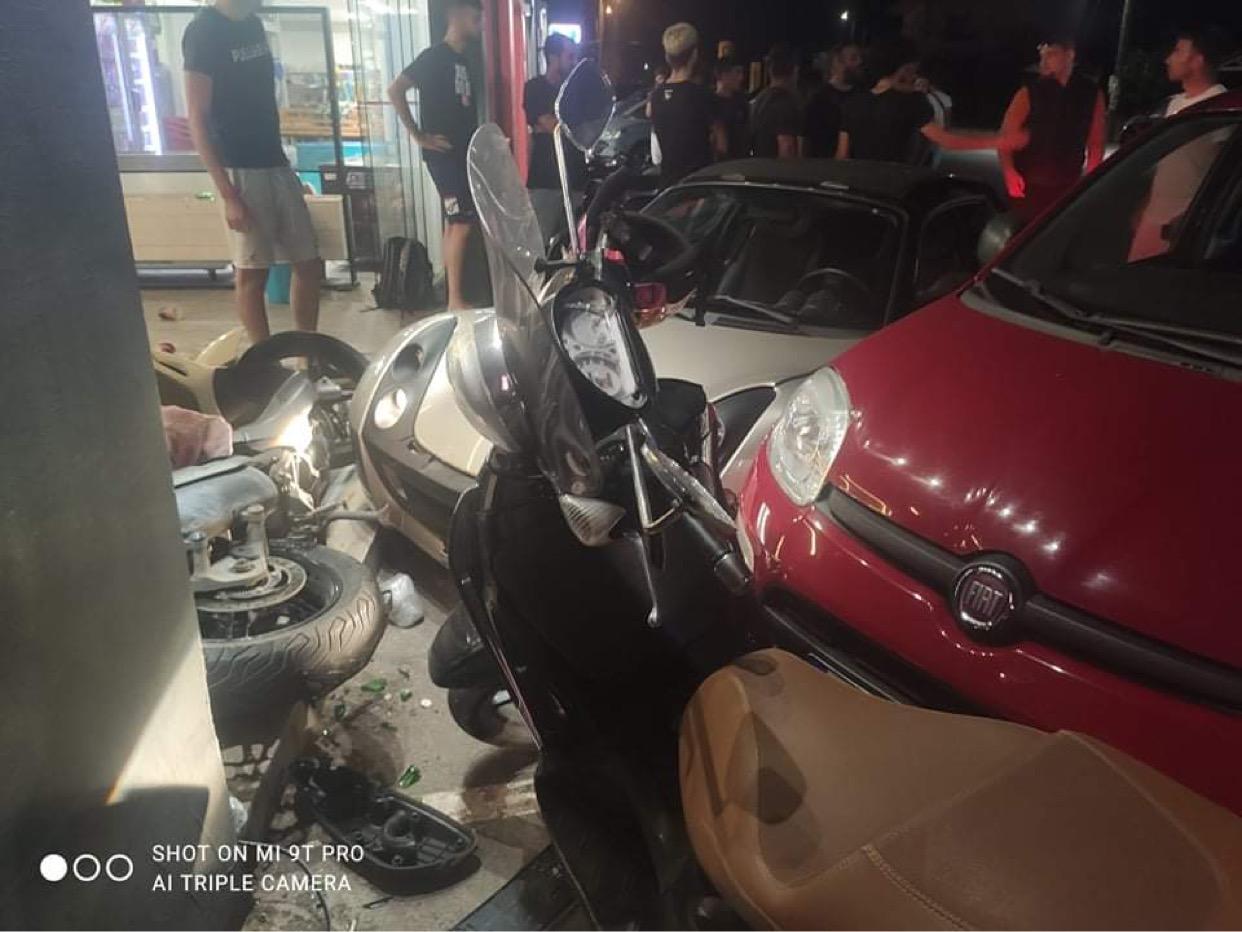 Χανιά: Αυτοκίνητο εισέβαλε σε καφετέρια - Ένα άτομο στο νοσοκομείο (φωτο)
