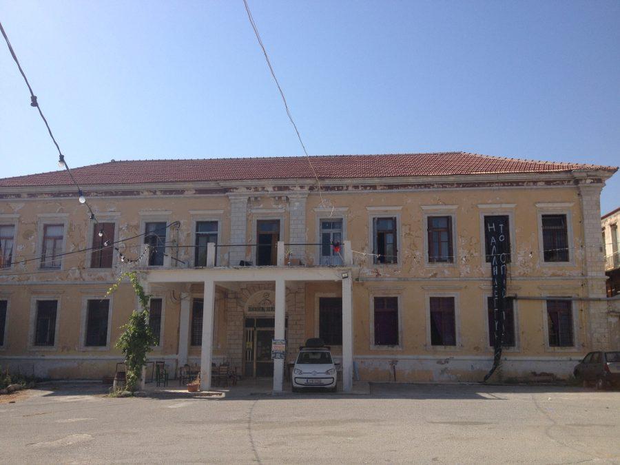 Χανιά: Στην αντεπίθεση η Roza Nera με αποκλεισμό ξενοδοχείου στο παλιό λιμάνι