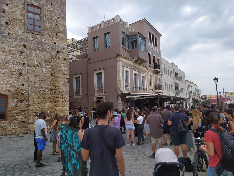 Χανιά: Πορεία διαμαρτυρίας και απόπειρα κατάληψης ξενοδοχείου από τη Roza Nera (φωτο)
