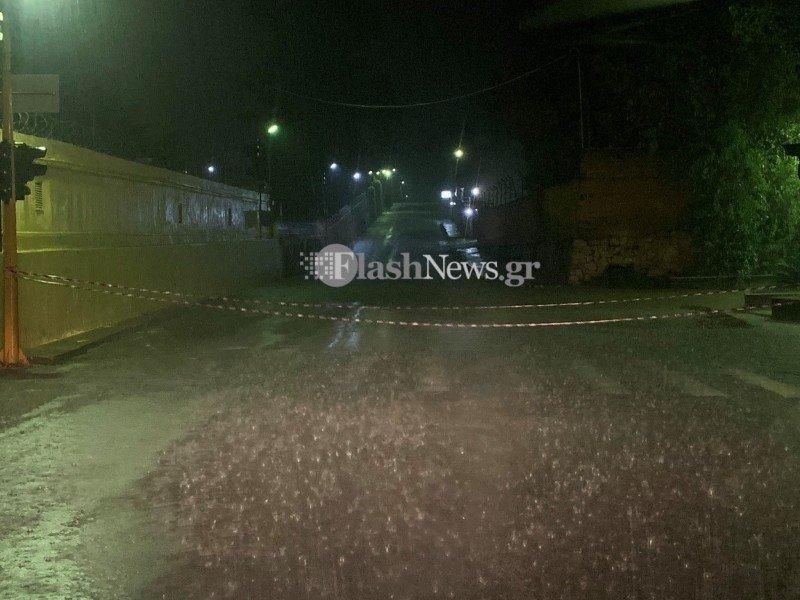 Χανιά: Οδηγοί εγκλωβίστηκαν στα αυτοκίνητα τους σε κεντρικό δρόμο (φωτο)