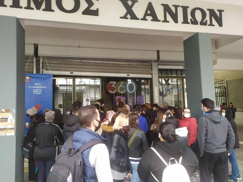 Χανιά: Απίστευτος συνωστισμός για δωρεάν τεστ κορωνοιού στο δημαρχείο