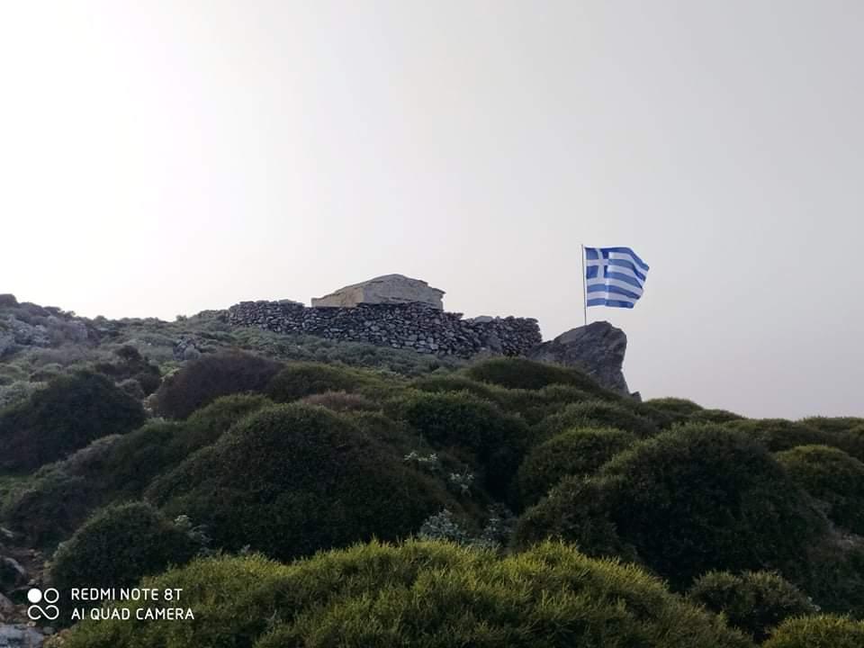 Χανιά: Μεγάλη Ελληνική σημαία κυματίζει σε βουνό για τα 200 χρόνια από την Ελληνική Επανάσταση (φωτο)