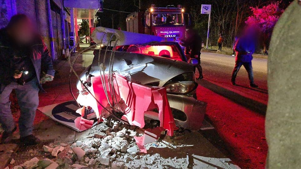 Τραγωδία: Νεαρή μητέρα «έσβησε» στο τιμόνι με τα παιδιά της μέσα στο IX (φωτο)