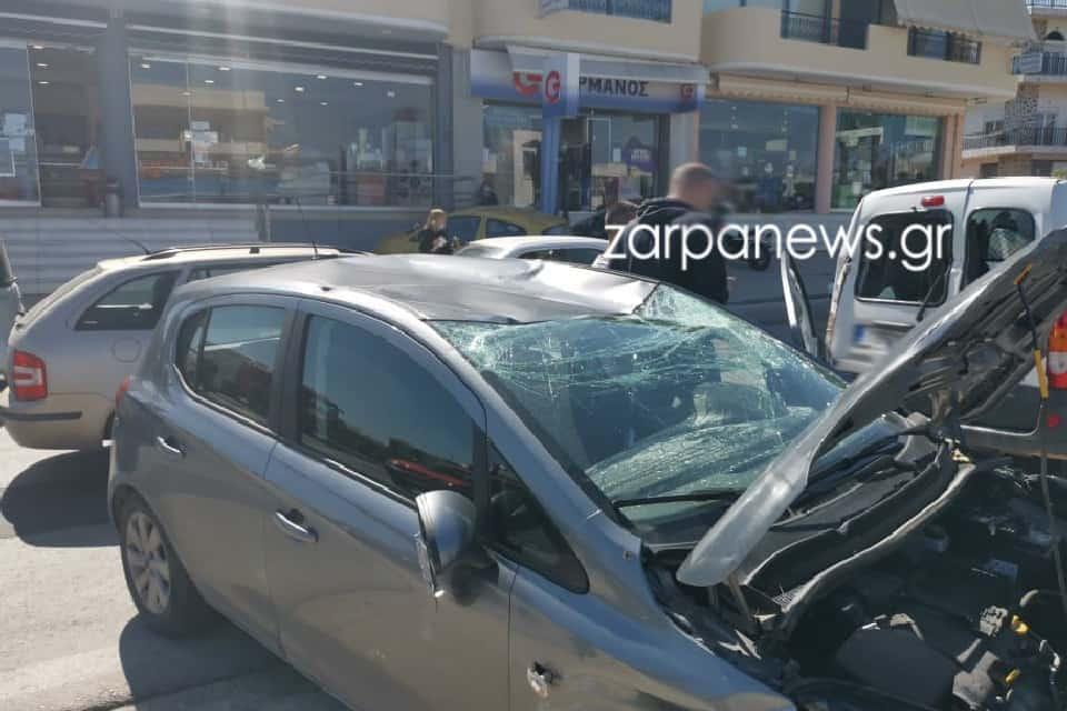 Tροχαίο με τρία αυτοκίνητα στα Χανιά - Στο νοσοκομείο μία κοπέλα (φωτο)