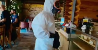 Κρήτη: Ντύθηκε σαν αστροναύτης για να πάει για καφέ και φαγητό (video)