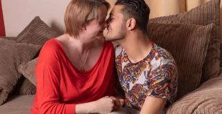 Μαμά ερωτεύεται τον καλύτερο φίλο του γιου της (φωτο)
