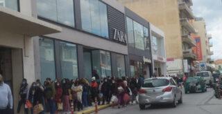 Χανιά: Ουρά χιλιομέτρου έξω από καταστήματα ρούχων γνωστής πολυεθνικής (φωτο)